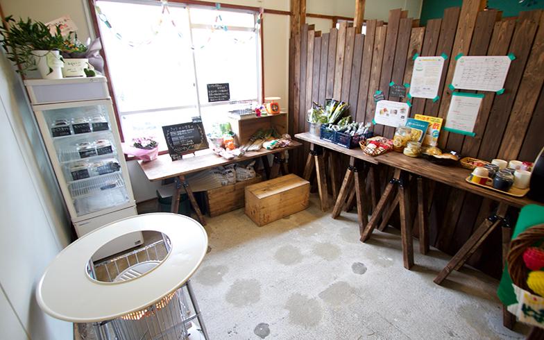 その横にはお惣菜と野菜類(写真撮影:井村幸治)