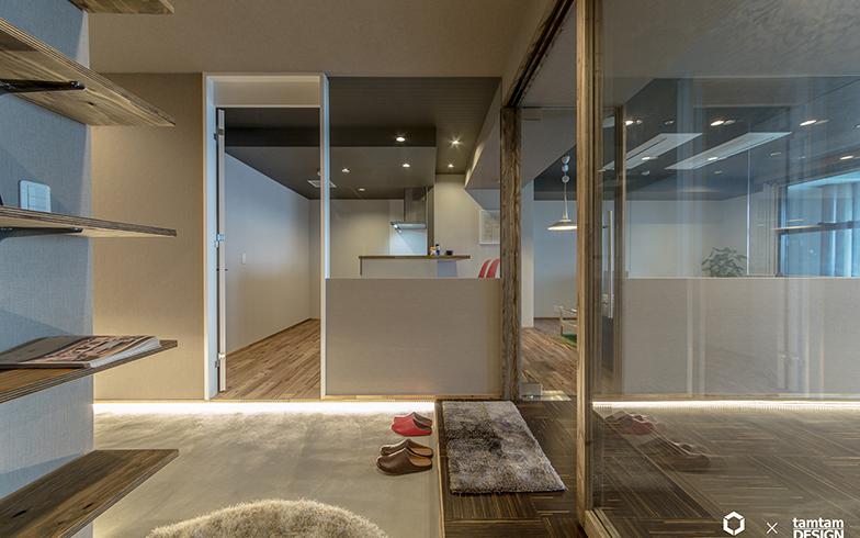 空間をつなげて、玄関にも明るさと開放感を。施工面積69.08平米で、費用は700万円(写真提供/株式会社タムタムデザイン)