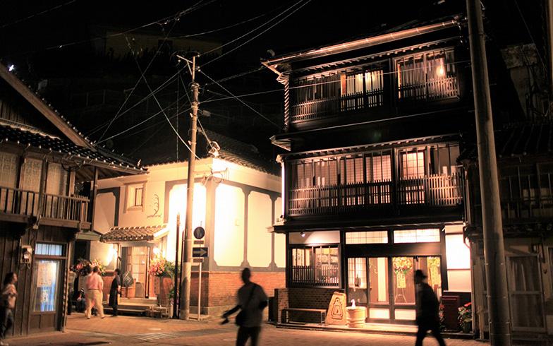 20年前から空き家となり、廃墟寸前だった築90年の元旅館と蔵。壱岐島という小さな離島の全住人がこの建物の再生を希望したそうで、新たに島外の人をも魅了する旅館と飲食店として蘇りました。90年分の人々の記憶を未来へ引き継ぎます(画像提供/株式会社タムタムデザイン)
