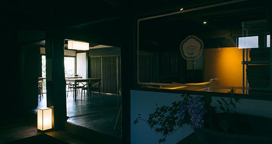 1831年に建てられた古民家を昔の面影をそのまま活かし、店舗・レストランにリノベーション。竣工後、引き渡し直前に熊本地震で柱が傾き、瓦が落ち、土壁は剥がれるという大きな被害を受け、さらに再建に1年を要したそうです(画像提供/株式会社連空間デザイン研究所)