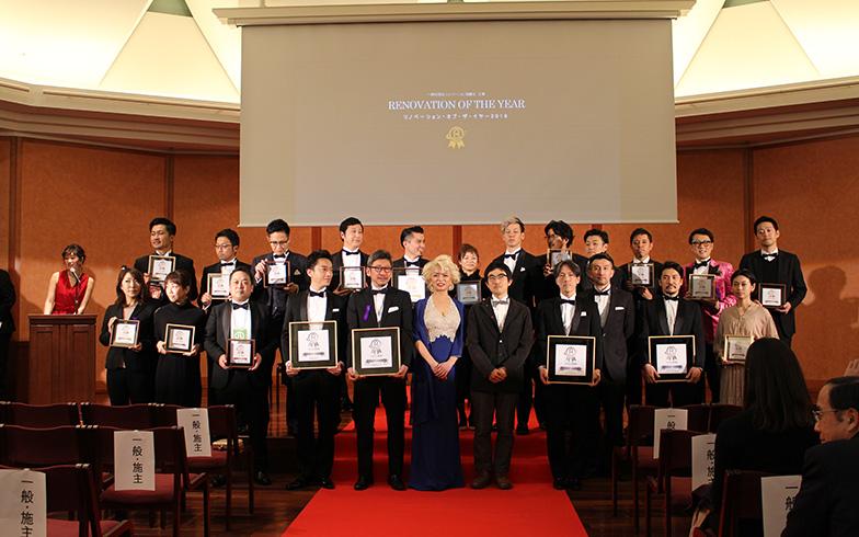 赤絨毯にタキシードが決まっている受賞者のみなさん。受賞作品数は過去最多となりました(撮影/SUUMOジャーナル編集部)