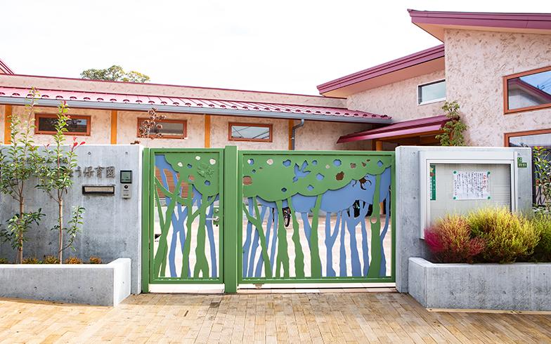 世田谷区にある代沢ききょう保育園は2018年キッズデザイン賞を受賞。「高級住宅地にふさわしいデザインに」と地域からの要望を受け設計された外観は、オリジナルデザインの門扉、薩摩中霧島塗りの壁、木レンガの歩道など、建築物としてのこだわりも満載(写真撮影/片山貴博)
