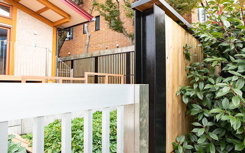 敷地の南側(一部)には、天然木と黒に塗られた鉄のコントラストが洗練された雰囲気の木製遮音壁を配置(写真撮影/片山貴博)