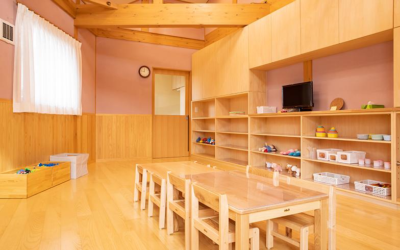 一時保育室として設けられた保育スペースも勾配天井とむき出しになった木の梁が温かく印象的(写真撮影/片山貴博)