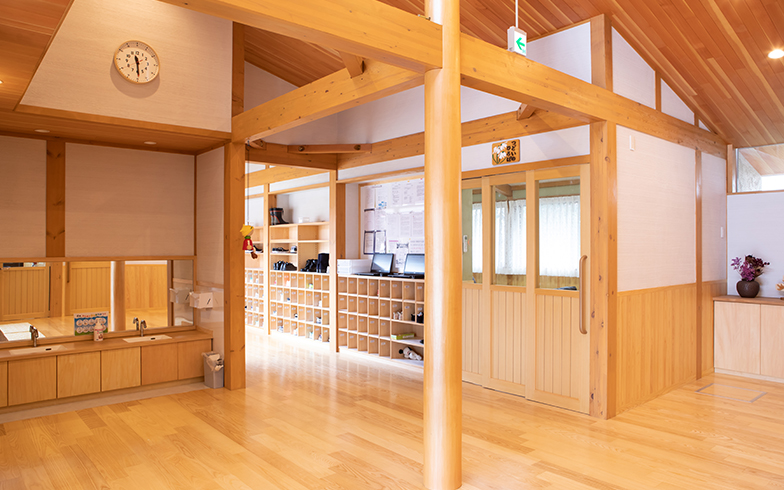 エントランスを入って目の前にある「つどいのひろば」という部屋は、地域の人々がサークル活動などに使用できるように設けられた(写真撮影/片山貴博)