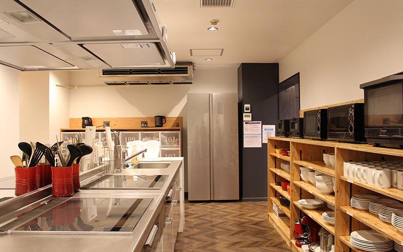 充実した設備のキッチン。食材などを置ける個人のストッカーも完備(写真撮影/SUUMOジャーナル編集部)