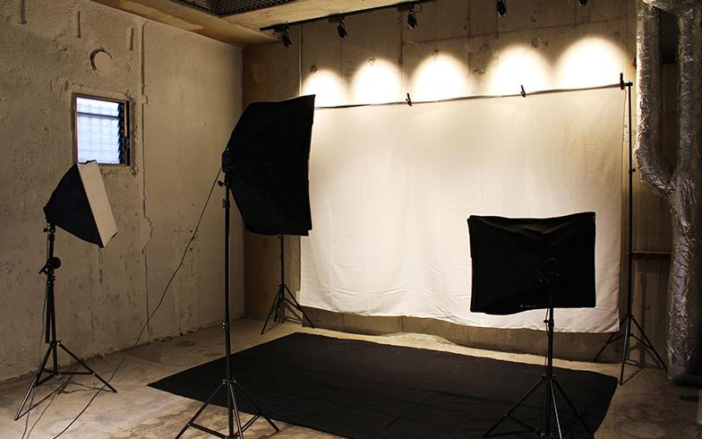 本格的な撮影スタジオでは、フリマアプリなどで販売用のちょっとした撮影も可能(写真撮影/SUUMOジャーナル編集部)