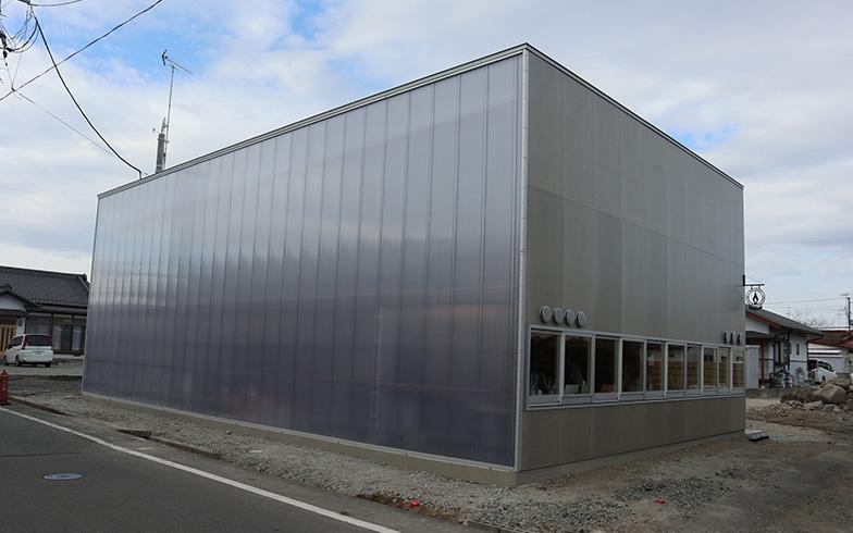 小高パイオニアヴィレッジ外観。半透明の壁「ルメウォール」を通して、中の灯りが外に漏れる(写真撮影/佐藤由紀子)