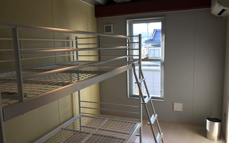2段ベッドが設置されたシンプルなゲストハウス(画像提供/一般社団法人パイオニズム)