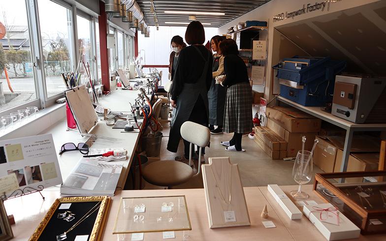 メイカーズルームの「HARIOランプワークファクトリー小高」工房では地元の主婦4人が職人として働いている(写真撮影/佐藤由紀子)