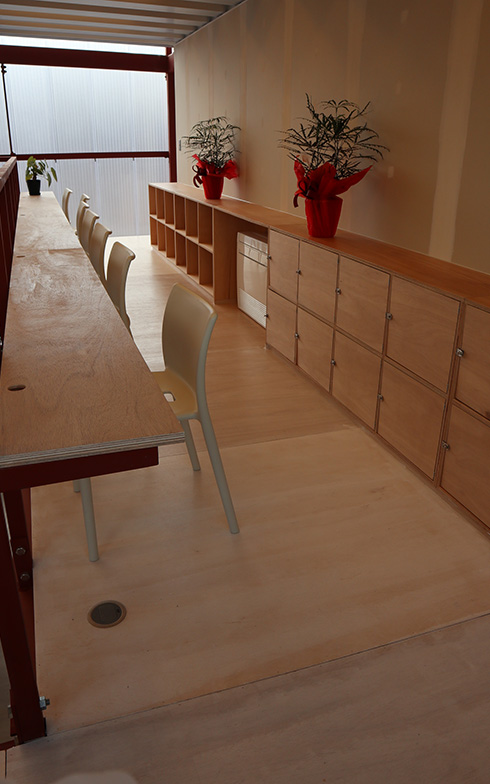 オフィス機能をもつ2階のフリースペース。状況に応じて柔軟に変えられる設計になっている(写真撮影/筆者)