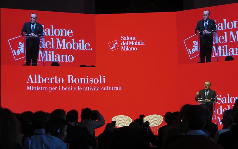 文化財・文化活動省Bonisoli大臣の挨拶から始まった記者会見。「トリエンナーレ美術館内に本格的なデザインミュージアムをつくるにあたって、政府は1千万ユーロを投資する」と、イタリア・デザイン継承の重要性にも触れた(写真撮影/藤井繁子)