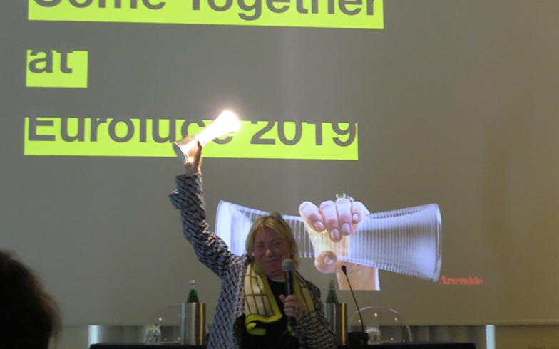 記者発表では、会社を牽引するCarlotta de Bevilacqua女史がプレゼンテーション、イタリア照明界の中心人物。自身がデザインした『COME TOGETHER』(充電式ポータブルライト)を手に(写真撮影/藤井繁子)