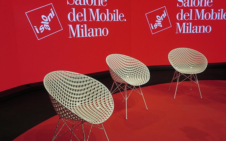 ミラノサローネ記者会見で使われていたのは「Kartell」のチェア『MATRIX』、吉岡徳仁のデザイン。ミラノ市内ショールームのウインドウでも大々的にプロモーションされていて、日本人としてうれしかった!(写真撮影/藤井繁子)