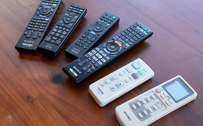 今までは複数あるリモコン(エアコン・テレビ・照明・DVD)を使い分けていたけれど……(写真撮影/片山貴博)