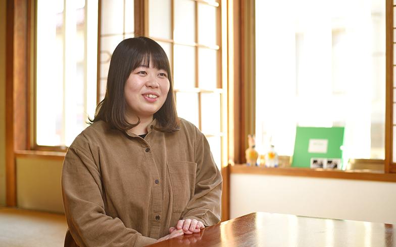 民泊「あずま家」の一室で語る東谷いずみさん(写真撮影/フォトスタジオクマ・熊谷寛之)