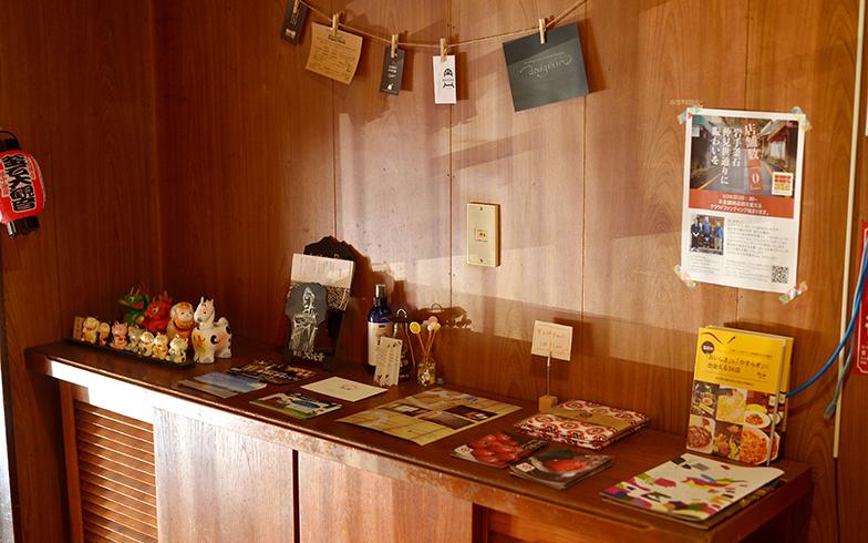 二階の民泊入り口ドアを開けると、釜石の観光地案内や、名産物のパンフレットが並んでいる(写真撮影/フォトスタジオクマ・熊谷寛之)