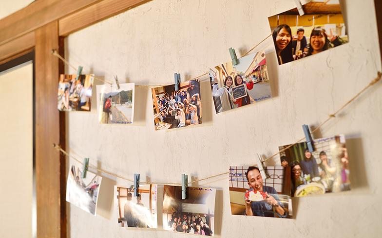 共有スペースに飾られている写真。今でも様々なバックグラウンドの利用者の出会いの場となっている(写真撮影/フォトスタジオクマ・熊谷寛之)