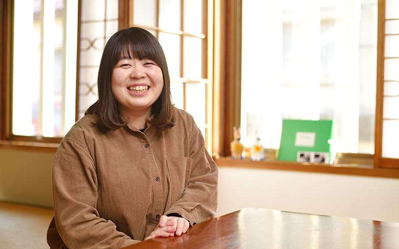 東谷さんの笑顔も利用者がくつろげる秘訣?(写真撮影/フォトスタジオクマ・熊谷寛之)