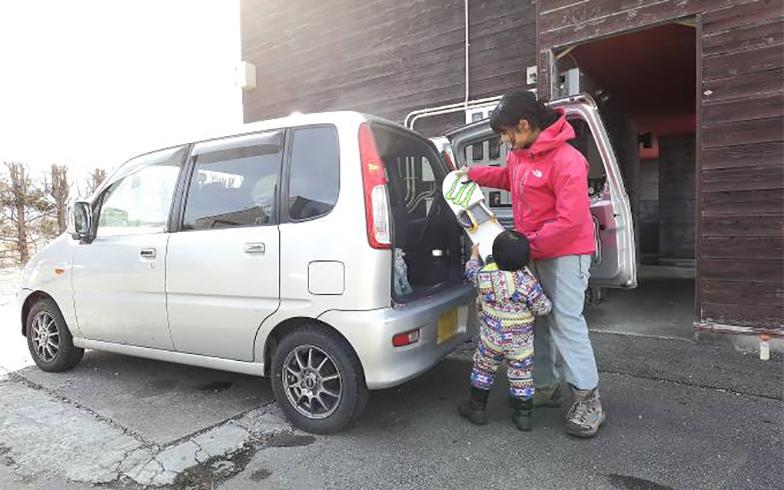 東京では車を所有していないが、蓼科の生活には欠かせない。自家用車は蓼科のアパートに置いてフル稼働している(写真撮影/飯田照明)