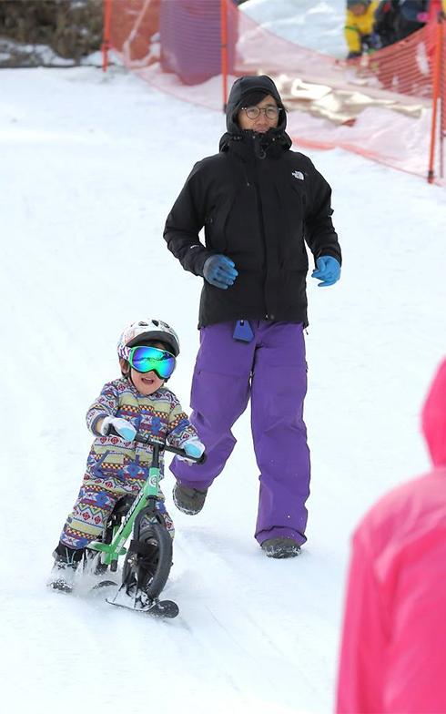 アパートから車で15分位のところにスキー場のある生活。長男は早朝から大好きなスノーストライダーで遊び、疲れてぐっすり眠る健康的な週末を送っている(写真撮影/飯田照明)