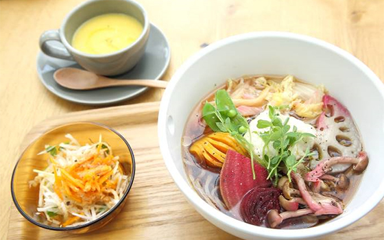 人気の「グリル野菜モリモリ盛ったベジ温そば」と「もろこしスープ」(写真撮影/飯田照明)