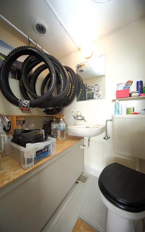 ユニットバスは収納として利用。「この辺りにはたくさんの温泉施設があるので、お風呂はそちらでゆったり入っています(笑)」。ちなみに料理にはカセットコンロを利用。ガスを契約しないことで光熱費を削減している(写真撮影/飯田照明)