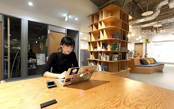 特急で東京に帰るまでの間、集中してワークしたいとき利用している茅野駅目の前のワークスペース「ワークラボ八ヶ岳」。蓼科の利用者にはIさんと同じようなデュアラー(二拠点生活者)も多いそう(写真撮影/飯田照明)