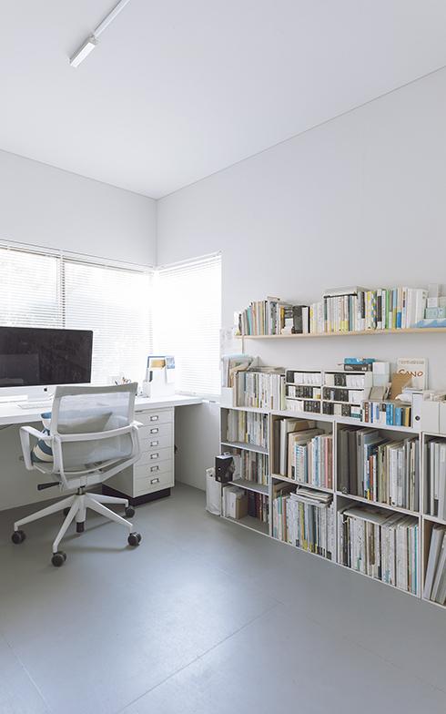 窓からのやわらかい光が差し込む葉田さんの仕事部屋。グラフィックデザイナーという仕事柄、書籍や雑誌が多い(写真撮影/嶋崎征弘)