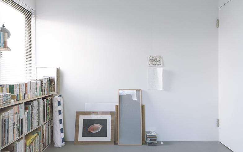 壁に貼っているのは長男の絵。スタイリッシュな空間のなかで、ほっと心を緩ませてくれるかわいらしい作品(写真撮影/嶋崎征弘)