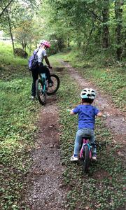 息子くん、3歳にして自転車で山の中を走り抜けています(筆者の息子が自転車に乗れたのは6歳だったことを考えると、凄すぎ! (写真撮影/古後さん)
