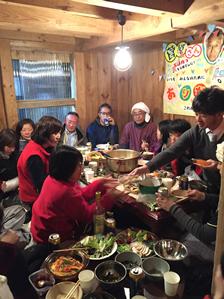 DIY仲間、地元の人たちとの宴会の様子。確かに楽しそう! (写真撮影/成田さん)