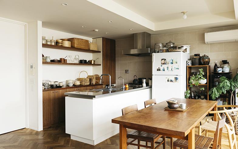 """ワタナベさんが愛用している冷蔵庫は、アメリカの「GE(ゼネラル・エレクトリック)」のもの。本体だけでなく、ドアハンドルまで真っ白で余計な装飾がないところが、いかにも""""プロ仕様""""っぽい(写真撮影/嶋崎征弘)"""