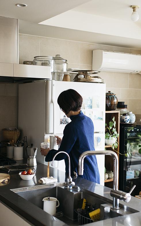 冷蔵庫を開けても、ダイニングテーブル側からは中が見えない配置。ワタナベさんは右利きなので、冷蔵庫を右手で開け→左手で中のものを取り出し→その手で作業スペースに置く、という一連の流れもスムーズ(写真撮影/嶋崎征弘)