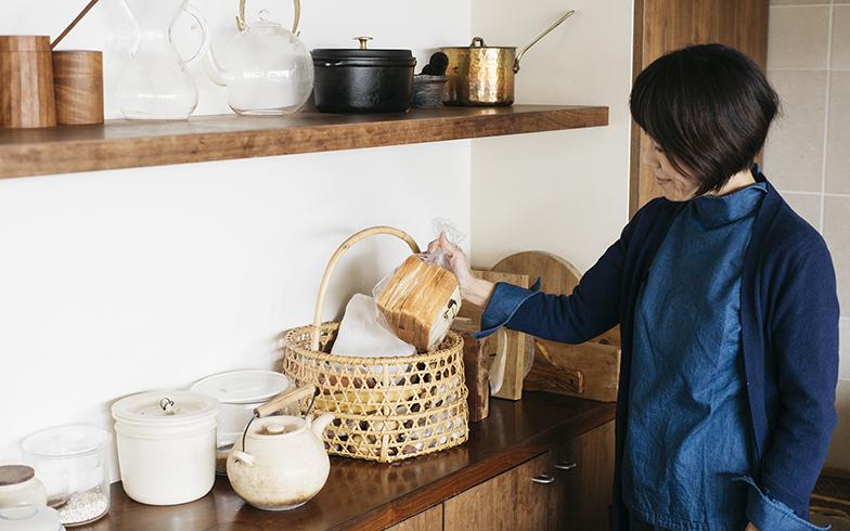 通気性のよいカゴは、食材の一時置きスペースに最適。編み目の大きな六つ目のカゴでも、ほどよく中に入れたものを隠す効果があります(写真撮影/嶋崎征弘)