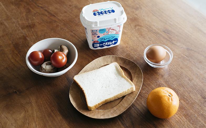 ワタナベさん宅では木次乳業のプレーンヨーグルトが定番。ヨーグルトに合わせるフルーツはオレンジのほか、そのとき手に入りやすい旬のものを使っても(写真撮影/嶋崎征弘)
