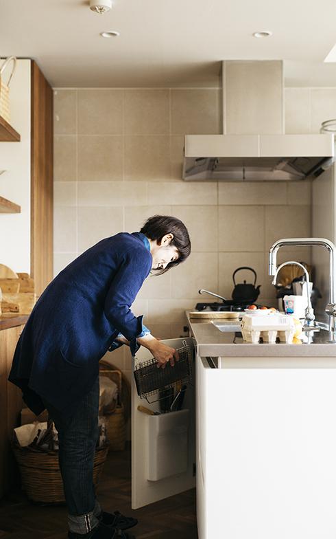「焼き網はトーストだけでなく、お餅や野菜も美味しく焼けます」。キッチンにトースターを置かなければ、広々とした作業スペースを確保できるというメリットも(写真撮影/嶋崎征弘)
