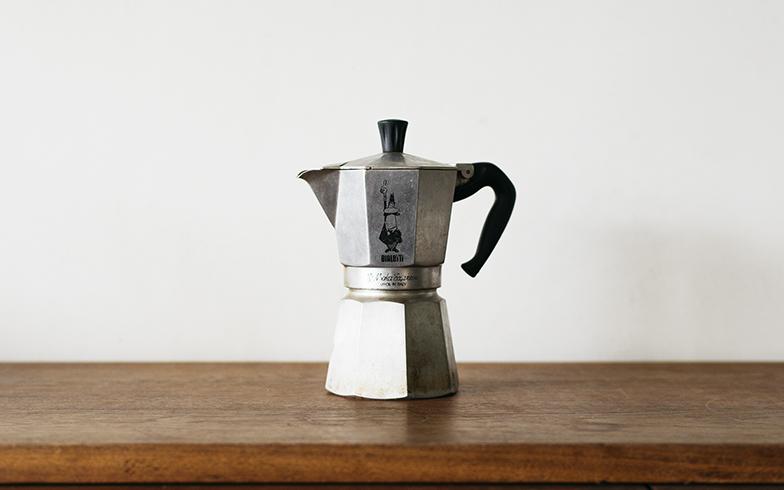 高いデザイン性と実用性を評価され、ニューヨーク近代美術館「MoMA」に永久収蔵されているモカエキスプレス。ワタナベさんの夫は「自宅で淹れるコーヒーはモカエキスプレスで」と決めているそうです(写真撮影/嶋崎征弘)