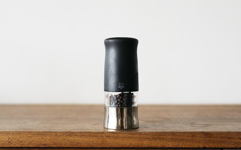 フランスの自動車メーカーでもあるプジョーの切削加工技術を活かしてつくられた電動ミル。挽いたときにスパイスの香りが引き立つ刃(グラインダー)の構造が採用されているそうです(写真撮影/嶋崎征弘)