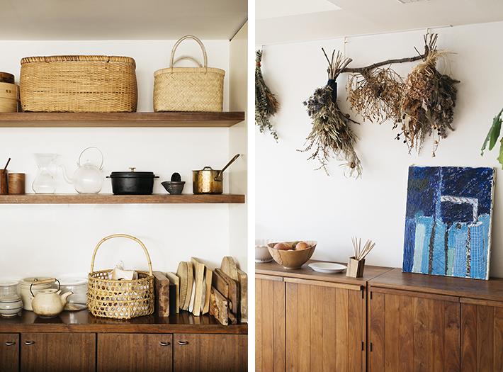 (左)経年変化によって魅力が増す天然素材の道具が並ぶキッチン。(右)大人シックなインテリアのところどころに、お子さんが描いた油絵の作品が飾られていました(写真撮影/嶋崎征弘)