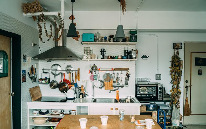 料理をするピーターが設計したキッチン。手前に作業台があるので、調理しやすい(写真提供/KRIS KANG)