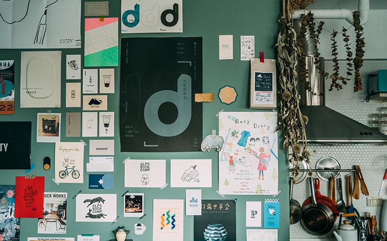 さりげなくコラージュした紙類も、素敵なインテリアに(写真提供/KRIS KANG)