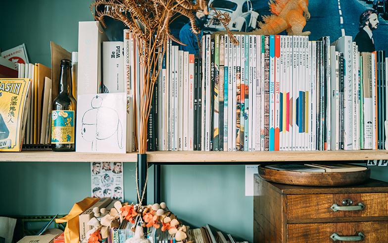 本棚には日本の雑誌がずらっと並んでいる(写真提供/KRIS KANG)