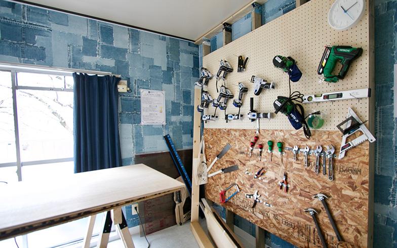 ワークスペースには電動ノコギリや各種ツールも完備(写真撮影:井村幸治)