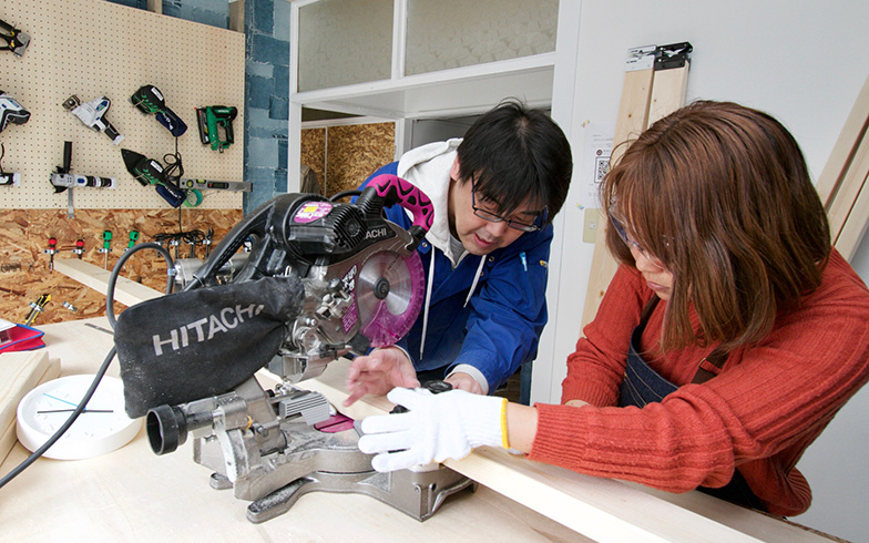 2月16日オープン時には女性も電動ノコギリに挑戦、子どもたちはフォトフレームづくりに参加(写真提供:大阪府住宅供給公社)