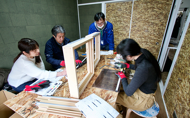 作業自体は難しくないが、金ノコでアルミを切断する作業は女性陣が少し苦戦していた(写真撮影:井村幸治)