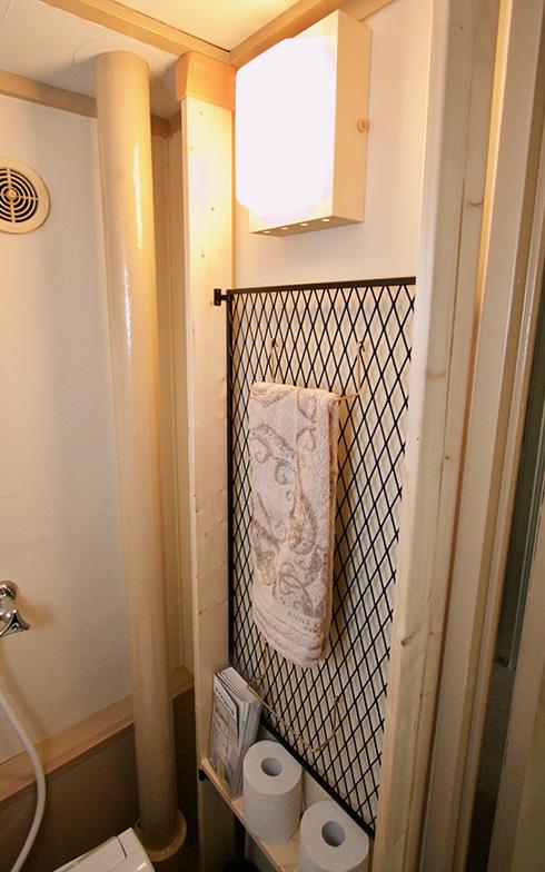 トイレの壁面を利用した収納スペースなどDIYのヒントもたくさん(写真撮影:井村幸治)