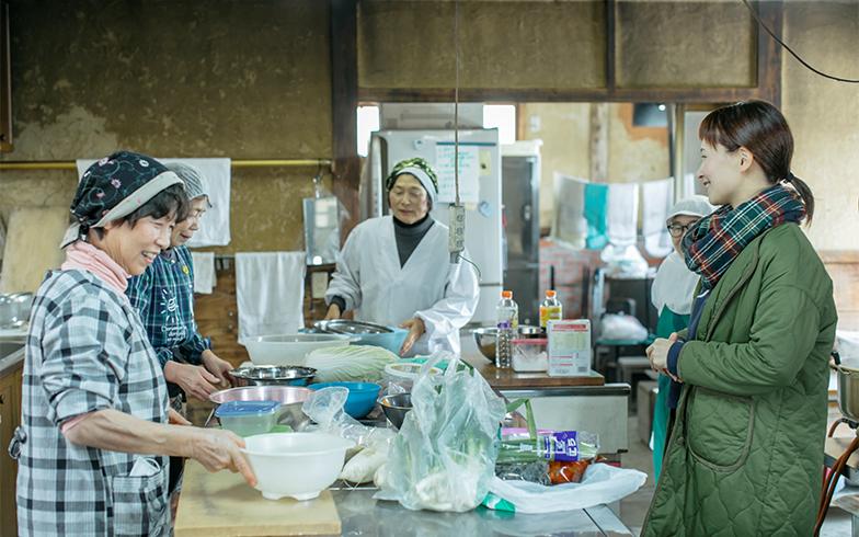 吉田さんも手伝っていた『北陵うまいもん市雲原店』。町内のおばちゃんたちが調理する『水車定食』は遠方から食べにくる人も。この日はこんにゃくと、おかずの仕込みをするために集まっていた。みんな「あら!おかえり!」と家族のように吉田さんを迎える(撮影/中島光行)