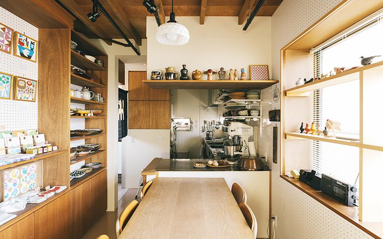 1階はダイニングキッチンであり、教室や作品展示スペースとしても利用する「店舗」でもある。棚はオープンにして出し入れしやすくしている。「使ったらすぐにしまえるし、気が付いたときにパッと掃除もできます」と圭子さん(写真撮影/嶋崎征弘)