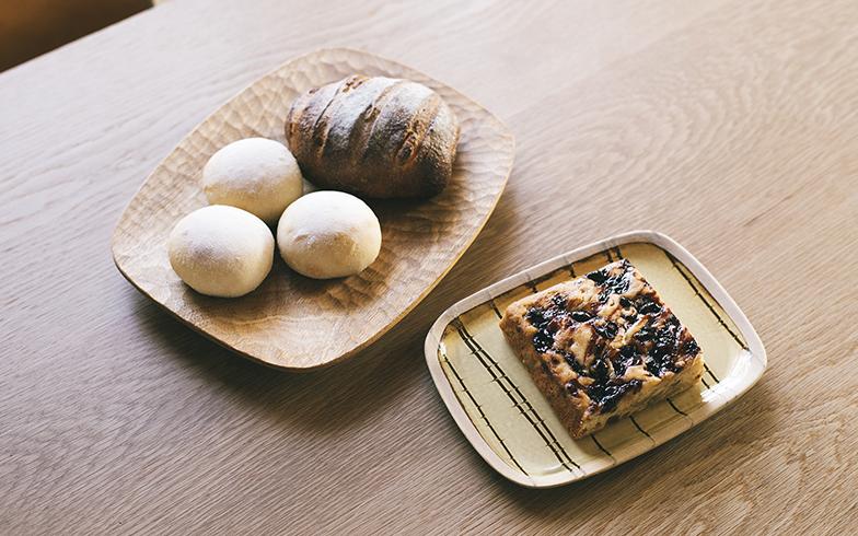 取材時に圭子さんがつくってくださったパンとお菓子。粉やフルーツなど素材の味を大切にしていて、素朴な手仕事の器との相性の良さは抜群だ(写真撮影/嶋崎征弘)